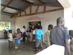 """Een klein jaar na de """"meetreis"""" gaan Eric en Silvia van Luxaflex® opnieuw op naar Malawi. Nu om horren in ziekenhuizen te monteren met als doel om malaria tegen te gaan. Dit keer reizen ze samen met Jacqueline van Cordaid Memisa, klant én technisch specialist Jeroen namens Beku Krommenie en Leontine (de hoofdredacteur van Margriet) die in juni een verslag zal publiceren van de reis. - Jeroen en Silvia delen eten uit."""