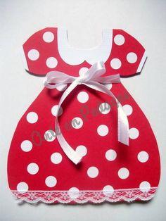 Convite de aniversário vestido da minnie vermelho. Confeccionado com papel de gramatura especial, cheio de bolinhas brancas, com detalhes de fita (branca ou amarela) e renda na barra do vestido. Atrás do vestido tem o nome do convidado.