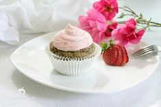I've been pretty hesitant about gluten-free foods, but this Gluten-Free Vegan Strawberry Cupcake looks scrumptious.