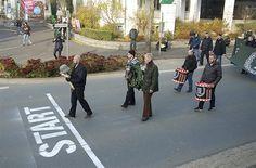 新納粹分子開始遊行後,發現街上有很多「鼓勵」他們遊行的大標語,地上還有大大的「出發點」的標記。(rechts-gegen-rechts.de)