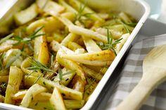 Je snijdt aardappelen, knolselder en pastinaak in frietjes, en gaart die in de oven. Een gezond alternatief op gewone frietjes, heerlijk bij gerooster...