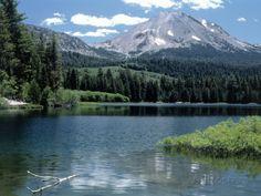 Lassen Peak (10,457') and Manzanita Lake, CA Fotografisk trykk