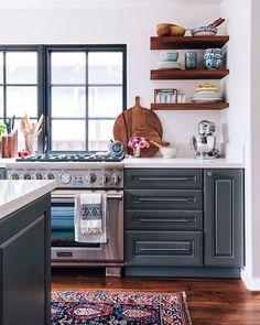 """298 Likes, 3 Comments - Mobly (@moblybr) on Instagram: """"Os armários da cozinha em tons escuros, o fogão estilo industrial e o piso de madeira…"""""""