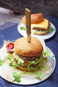 The Big Mac burger is a world-famous dish, loved by children and adults alike! The vegan Big Mac burger is super healthy and delicious! Vegan Junk Food, Vegan Foods, A Food, Big Mac, Burger Recipes, Vegetarian Recipes, Vegan Patties, Vegan Burgers, Tofu Burger