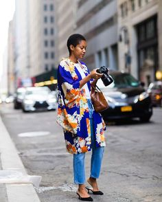 White T, blue jeans, black kitten heels, and a colorful kimono: @tamumcpherson shows how to ace #nyfw #streetstyle. Check out the full slideshow of looks at the link in our bio. : @jaiperdumaveste