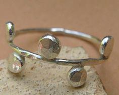 Einfache eleganten kleinen Ring mit Punkten. Groß wie ein kleiner Finger Ring oder zum Stapeln mit anderen Ringen.