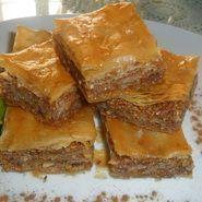 ( ^o^ ) Baklava Köstliche Desserts, Delicious Desserts, Dessert Recipes, Yummy Food, Greek Recipes, Lebanese Recipes, Morrocan Food, Arabian Food, Mini Cheesecakes