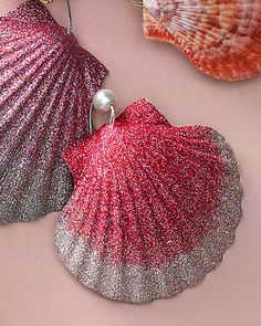 Christmas Ornament Projects Natural Shell Ornaments Dust shells, sea stars, and sand dollars with glitter -- a single color, or two shades blended for an ombre effect -- or simply leave as is. How to Make Natural Shell Ornaments Seashell Ornaments, Seashell Crafts, Beach Crafts, Diy Christmas Ornaments, Handmade Christmas, Holiday Crafts, Christmas Decorations, Coastal Christmas, Glitter Ornaments