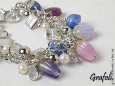 Браслет с подвесками-цветами. Серебристый браслет с различными подвесками и разноцветными лэмпворк цветами, есть сережки в…