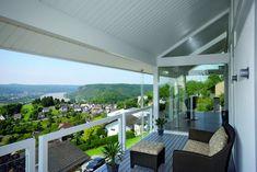Balkon mit wunderschöner Aussicht-Glas-Geländer-Polyrattansessel mit Fußlehne