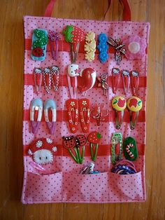 love the pockets at the bottom - DIY hair clip organizer. Great way to display and keep all the girls hair clips together. Diy Hair Clips Organizer, Diy Hair Clips Holder, Bow Holders, Sewing Crafts, Sewing Projects, Fabric Crafts, Diy And Crafts, Crafts For Kids, Hair Accessories Holder