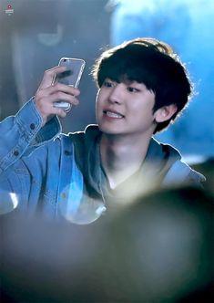 He loves taking photos with the fans phones 💙 181020 - Busan One Asia Festival Opening Concert. Baekhyun Chanyeol, Kaisoo, Chanbaek Fanart, Tom Holland, K Pop, Rapper, Luhan And Kris, Exo Lockscreen, Exo Concert