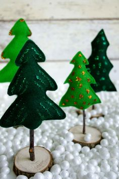 The tutorial for these little Christmas trees made of felt and wood is on my blog idimin.berlin #diy #trees #Christmas #Weihnachten #Deko #Weihnachtsdeko #Christmasdecoration #tutorial #doityourself #handmade #crafting #crafts #basteln #felt #wood #holz #branches #zweige