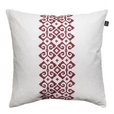 Dalarna kudde från det svenska varumärket Himla är en mysig kudde med ett traditionellt mönster. Kudden har en mjuk materialmix av linne och bomull vilket ger din soffa eller fåtölj ett hemtrevligt utseende. Mönstret är broderat med korsstygn och kan enkelt kombineras med andra kuddar från Himla.
