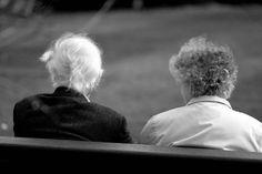 La función primordial de la Teleasistencia es permitir que la persona beneficiaria pueda lanzar una llamada de auxilio durante 24 horas al día, mediante un botón rojo de pulsera o colgado del cuello: tan sencillo y la vez tan útil. De esta forma se puede proporcionar a esas personas ayuda urgente en situaciones como caídas, accidentes, etc. Siempre hay alguien disponible para proporcionar ayuda hay una situación de crisis: eso es la Teleasistencia. El resto es valor añadido