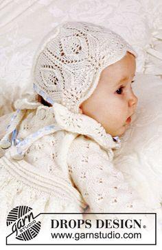 Strikket kyse med blondestrik til baby i DROPS BabyAlpaca Silk.