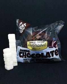 Hver Aunt Mabels Chocolate Muffin inneholder 25 gram sukker. Dette tilsvarer 125 sukkerbiter. . Sukkeret av dette produktet: hvitt sukker . Les mer om sukker etiketter sukkerindustri markedsføring eller sukkeravhengiget på www.utensukker.org Snack Recipes, Snacks, Muffins, Chips, Throw Pillows, Chocolate, Eat, Instagram, Food