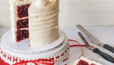 How to Fill, Stack & Crumb Coat a Layered Cake - XO, Katie Rosario Red Velvet Wedding Cake, Velvet Cake, Cupcake Frosting, Cake Icing, Buttercream Frosting, Cake Mix Recipes, Pound Cake Recipes, Dessert Recipes, Foolproof Cake Recipe