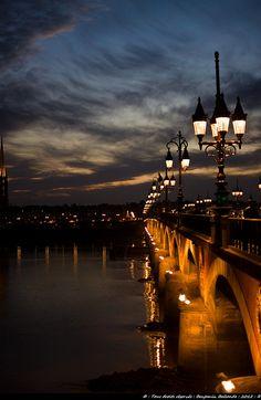 Pont de Pierre au crépuscule. Bordeaux, France