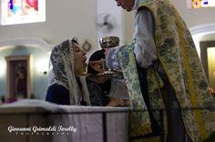 """COMUNHÃO NA MÃO  A Igreja tem condenado a comunhão na mão desde os primeiros séculos.  PAPA SÃO. SISTO I (115-125) - Proibiu os fiéis até mesmo de tocar os recipientes sagrados: """"Foi decretado que os Recipientes Sagrados não devem ser manejados por outros que não aqueles consagrados e dedicados ao Senhor."""" PAPA SANTO EUSTIQUIANO (275-283) - Proibiu os fiéis de tomarem a Santa Hóstia em suas mãos.  SÃO BASÍLIO MAGNO DOUTOR DA IGREJA (330-379) - """"O direito de receber a Santa Comunhão na mão é…"""