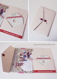 Mi cesta de mimbre: ideas para regalar a Papá. CD con música en un sobre decorado con fotos