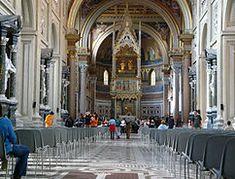 Vuoteen 1870 asti kaikki paavit kruunattiin Lateraanikirkossa.  Viimeisin korjaus: Paavi Innocentius X. (1646) Arkkitehti Francesco Borrominin tehtävä oli saattaa San Giovanni alkupäisasuun.   B ei onnistunut jälleenrakentamisessa, mutta hänen tekemänsä muutokset olivat merkittäviä.   Borromini käytti mm. edellä mainittuja arkadien pylväitä San Giovannin muutostöissä.   Hän jätti ennalleen 1500-luvulta peräisin olevan koristetun sisäkaton. Taidonnäyte: sivulavojen kattojen vaihtelevat… Roman Catholic, Catholic Churches, Amazing Buildings, Gothic Architecture, Rome Italy, Cathedral, Most Beautiful, Old Things, Street View