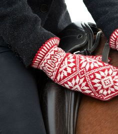 zinnia by Mary Ann Stephens. Mittens that beg for the first frost. Knitting Ideas, Knitting Patterns Free, Knit Patterns, Free Knitting, Pull Jacquard, Fair Isles, Red Things, Fingerless Mitts, Wrist Warmers