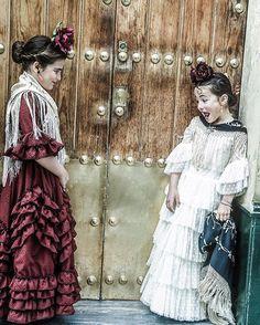 Vamonos para el camino, romeras encantadas con sus trajes de flamenca de @donaanamodaflamenca #ok_Andalucía#ok_sevilla #childrenphotography #romeriadelrocio #gitanasguapas #momentsinthesun #descubriendoigers #childofig#romeras#thechildrenoftheworld#
