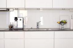 Pelkistetyt kiiltävät keittiö kaapit