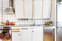 Snyggast i Svedmyra? Högst upp i huset med balkong i fint solläge ligger denna härliga lägenhet. Här möter sköna retrodetaljer dagens krav på modernitet & funktion. Nylagda genomgående parkettgolv, vitmålade väggar, stambytt, helkaklat badrum (-05)... Vintage Kitchen, New Kitchen, Kitchen Dining, Kitchen Cupboard Doors, Kitchen Cabinets, Compact Living, Kitchen Interior, Interior Inspiration, Home Kitchens