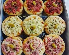 Mini Pizza para Festa You will definitely want to learn how to make this mini pizza recipe to party and sell. This mini pizza party recipe is very simple to make Mini Pizzas, Receita Mini Pizza, Mini Pizza Recipes, Good Food, Yummy Food, Party Food And Drinks, Pizza Party, Recipes From Heaven, Finger Foods