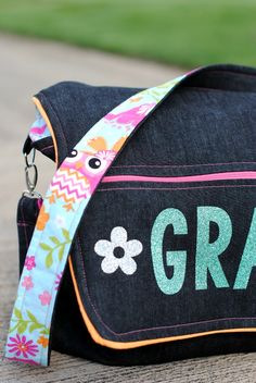School messenger bag tutorial with easy to follow sewing instructions. Cute when personalized!