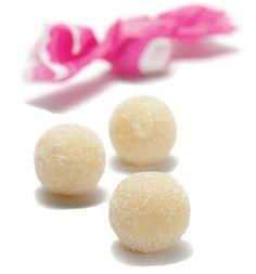 Gueffus: Weiches Marzipan aromatisiert mit Orangenblütenwasser - geformt zu einem unwiderstehlichen, zuckerbedecktem Kügelchen. Der Name kommt von den Zacken des Papiers, in welches jede einzelne Stück gewickelt ist und die Zinnen mittelalterlicher Burgen symbolisieren soll.   Inhaltstoffe: Süße Mandeln, Zucker und natürliche Aromen. Keine Konservierungsstoffe.