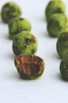 Happy St. Patrick's Day! Here's a green treat for you that's raw, vegan, gluten-free, refined sugar-free, and made with only 3 ingredients: matcha caramel truffles. I always try to work healthy greens…