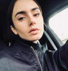 So gorgeous ! Lily Collins Hair, Lily Collins Style, Sandra Bullock, Without Makeup, Amazing Pics, Queen, Celebs, Celebrities, Skin Tips
