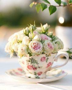 Que gracinhaaa!! Que tal decorar seu chá de panela noivado ou até mesmo o seu casório com xícaras cheeeeias de flores? Tão delicado!