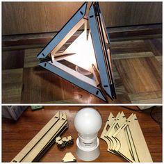 「リンクランプ」という安直な発想に基づき、ベニヤを切り抜いて作ってみました。ベースはパナソニックの電球型ライト。