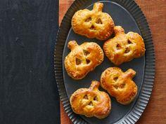 Get Cheesy Pumpkin Puffs Recipe from Food Network Halloween Appetizers, Halloween Dinner, Halloween Apps, Hot Appetizers, Halloween Desserts, Halloween Treats, Appetizer Recipes, Chicken Pumpkin, Pumpkin Uses