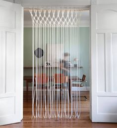 Simple and beautiful: the finished macrame curtain