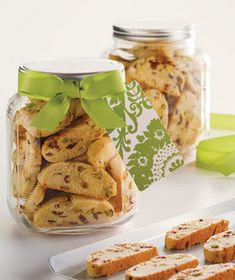 Homemade Cranberry-Pistachio Biscotti: these festive cookies are perfect with a cup of tea or coffee and will last for up to 3 weeks. (see recipe) Homemade Food Gifts, Diy Food Gifts, Edible Gifts, Biscotti Rezept, Pistachio Biscotti, Food Festival, Holiday Recipes, Holiday Ideas, Holiday Foods
