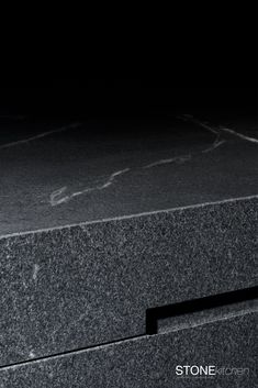 Jede Küche - eine Maßanfertigung.So wie jeder Naturstein einzigartig ist, so ist jede Küche auf seine Nutzer maßgeschneidert. Ein Augenmerk liegt darauf die Maserung des Steins über den Block zu führen. by lueckenfueller.design @stone4you Projects, Design, Granite Tops, Natural Stones, Unique, Log Projects, Blue Prints