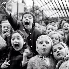 1963 par Alfred Eidenstaedt d'un groupe d'enfants devant un spectacle de Marionnettes aux Tuileries
