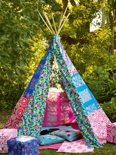 Delightful patchwork tipi I'd love to sew. The poles are 3 meters high and the inside of the tipi would be about six feet. A serious DIY project for a relaxing place to read outside....