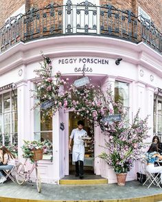 Peggy Porschen cafe and cake shop is one of the prettiest cafes in London. The f… Peggy Porschen Café and Confectionery is one of the most beautiful cafes in London. The flower-covered facade is beautiful. Oh The Places You'll Go, Great Places, Places To Travel, Beautiful Places, Places To Visit, Beautiful Flowers, Beautiful London, Beautiful Streets, London Eye