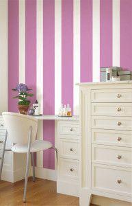 Radiant Orchid - pareti a righe bianche e viola - home decor - #interior #design #color