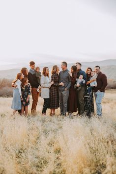 Extended Family Pictures, Summer Family Pictures, Summer Family Photos, Large Family Photos, Fall Family Portraits, Family Portrait Poses, Family Posing, Fall Family Picture Outfits, Family Picture Poses