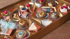 Mit diesem besonderen Geldgeschenk machen Sie dem Brautpaar garantiert eine Freude: eine ausgediente Pralinenschachtel nehmen und mit den verschiedenen Geld-Pralinen befüllen.