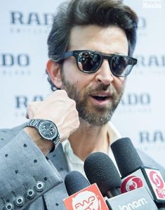 Hrithik Roshan Hairstyle, Allu Arjun Images, Soccer Workouts, Actor Picture, Most Handsome Men, Soccer Training, Video News, Bollywood Actors, Hot Guys