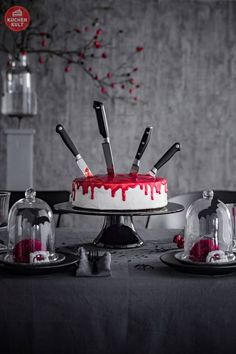 How to grusel! Halloween-Torten und Snacks zum Nachmachen Tatort-Torte / Halloweententorte / cake for halloween-knife and strawberry sauce make for shocking looks! Halloween Desserts, Halloween Cupcakes, Comida De Halloween Ideas, Entree Halloween, Buffet Halloween, Cocktails Halloween, Halloween Fingerfood, Halloween Torte, Pasteles Halloween