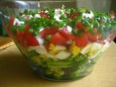 Przedstawiamy nietypową sałatkę z pomidorów z dodatkiem czosnku i szczypiorku, a także żółtego sera, śmietany i przypraw. Przepis na pomidory pod pierzynką. Guacamole, Sushi, Salsa, Ethnic Recipes, Food, Per Diem, Meal, Salsa Music, Restaurant Salsa